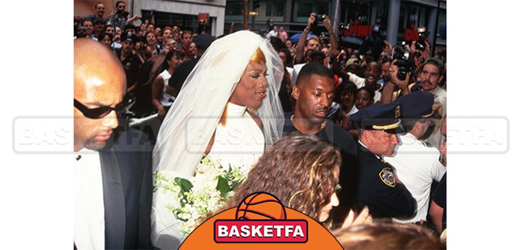 دنیس با لباس عروس