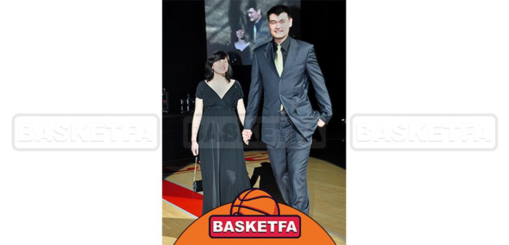 مینگ در کنار همسرش